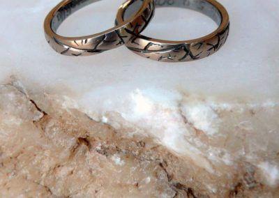 Alianzas en oro blanco bañadas en rutenio con detalles de hoja