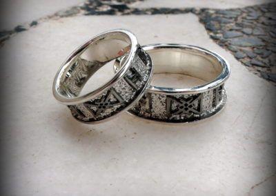 alianzas en plata con runas vikingas en relieve