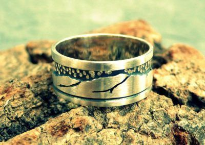 anillo de plata con montañas en relieve personalizadas fondo envejecido y simulando estrellas