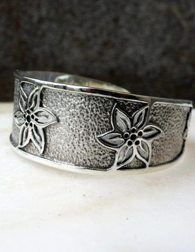 Brazalete rigido en plata y baño de rutenio con motivo de flor edelweiss