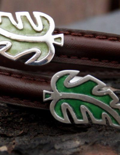 Pulsera en plata y cuero con hojas esmaltadas de diferentes verdes