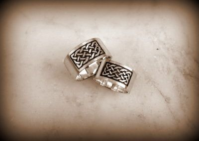 Anillos planos anchos en plata con detalle de nudo celta