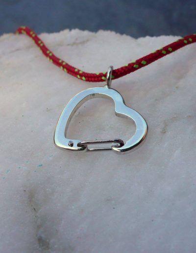 Colgante en plata de un mosquetón con forma de corazón y cierre de acero
