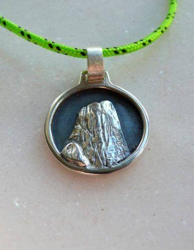 Colgante en plata del Picu Urriellu (fondo oxidado)