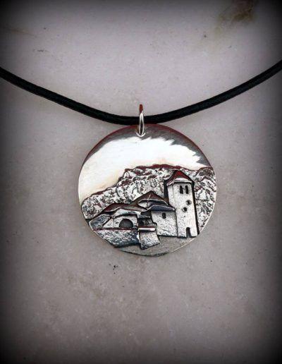Colgante en plata del pueblo de Torla