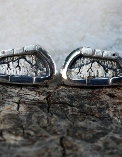 Gemelos en plata con forma de mosquetón y montaña personalizada