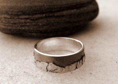 anillo plano de plata con montaña en relieve y rutenio