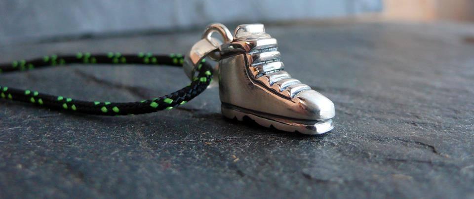 colgante bota de montaña en plata